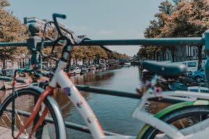 Bicicletta con canale Amsterdam