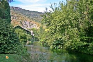 fiume che scorre nei giardini di ninfa